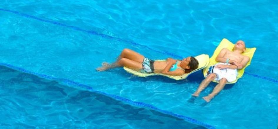 スイミングスクールで泳ぎのレッ...